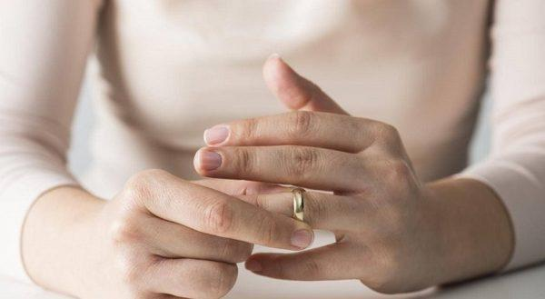 Не можешь снять кольцо с пальца?